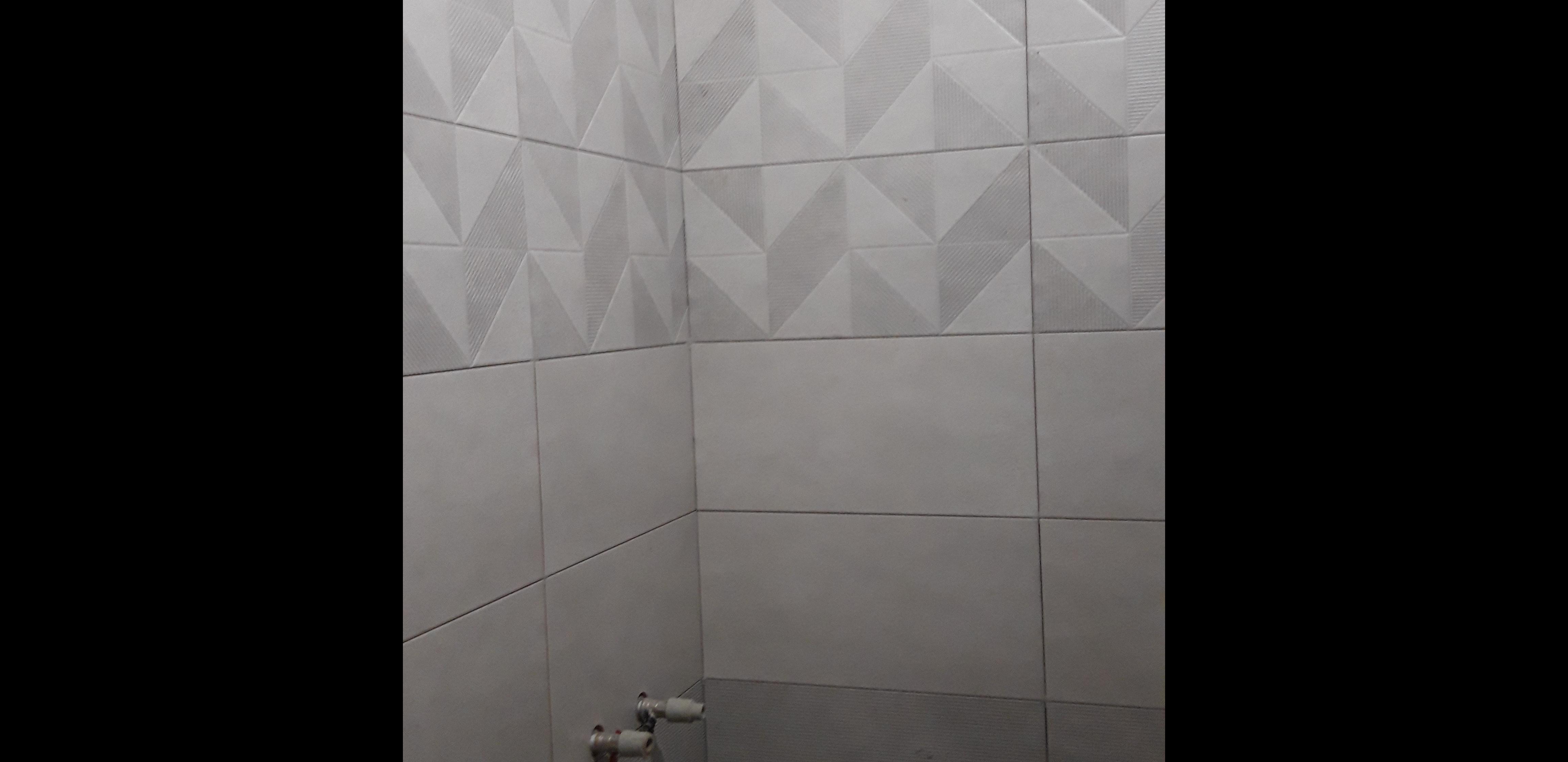 Фото Кафель в ванной комнате на стене.