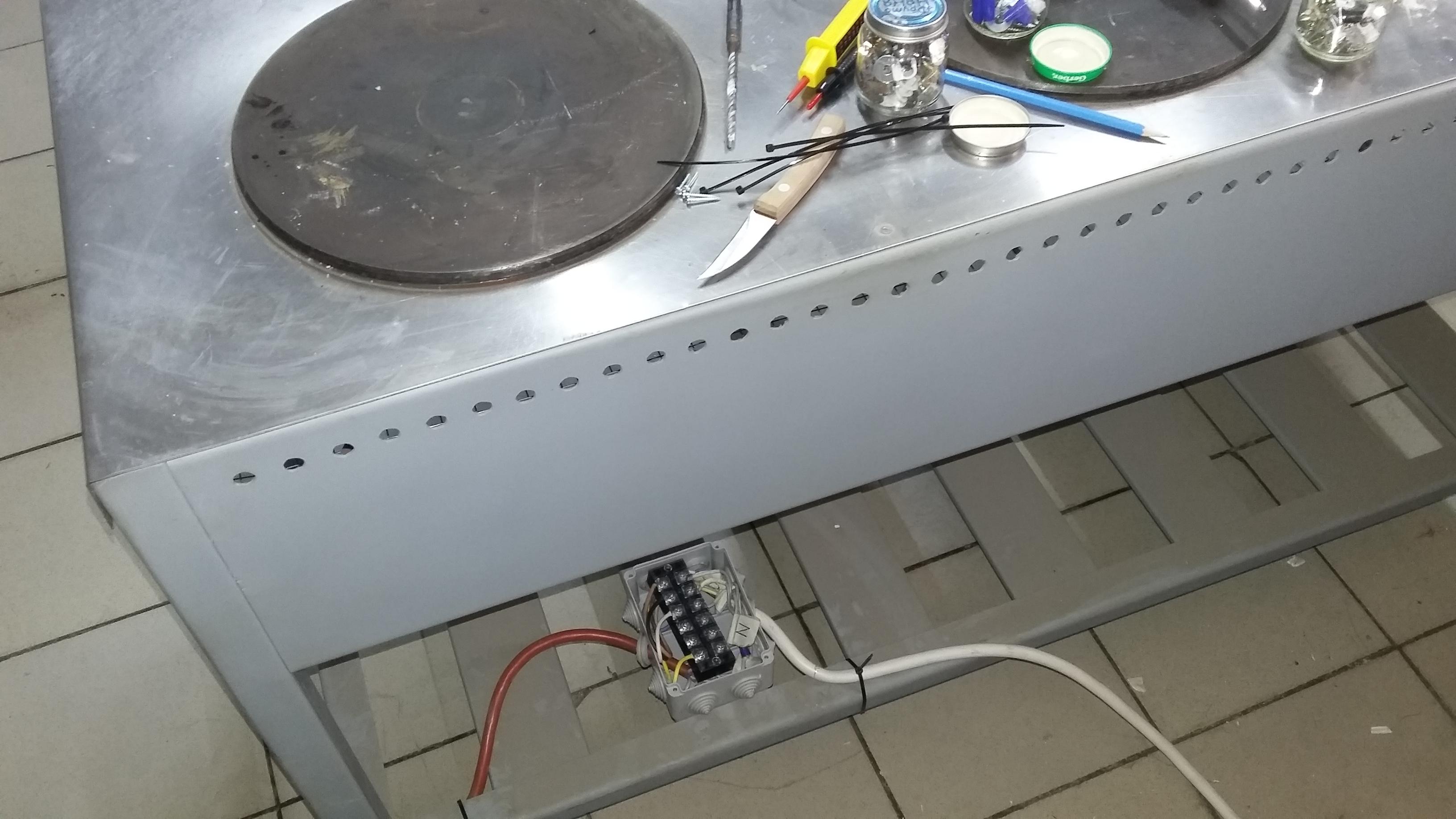 Фото Подключение жарочной панели (промышленной). Расчёт сечения кабеля и вводного автомата. Установка (замена) вводного автомата.