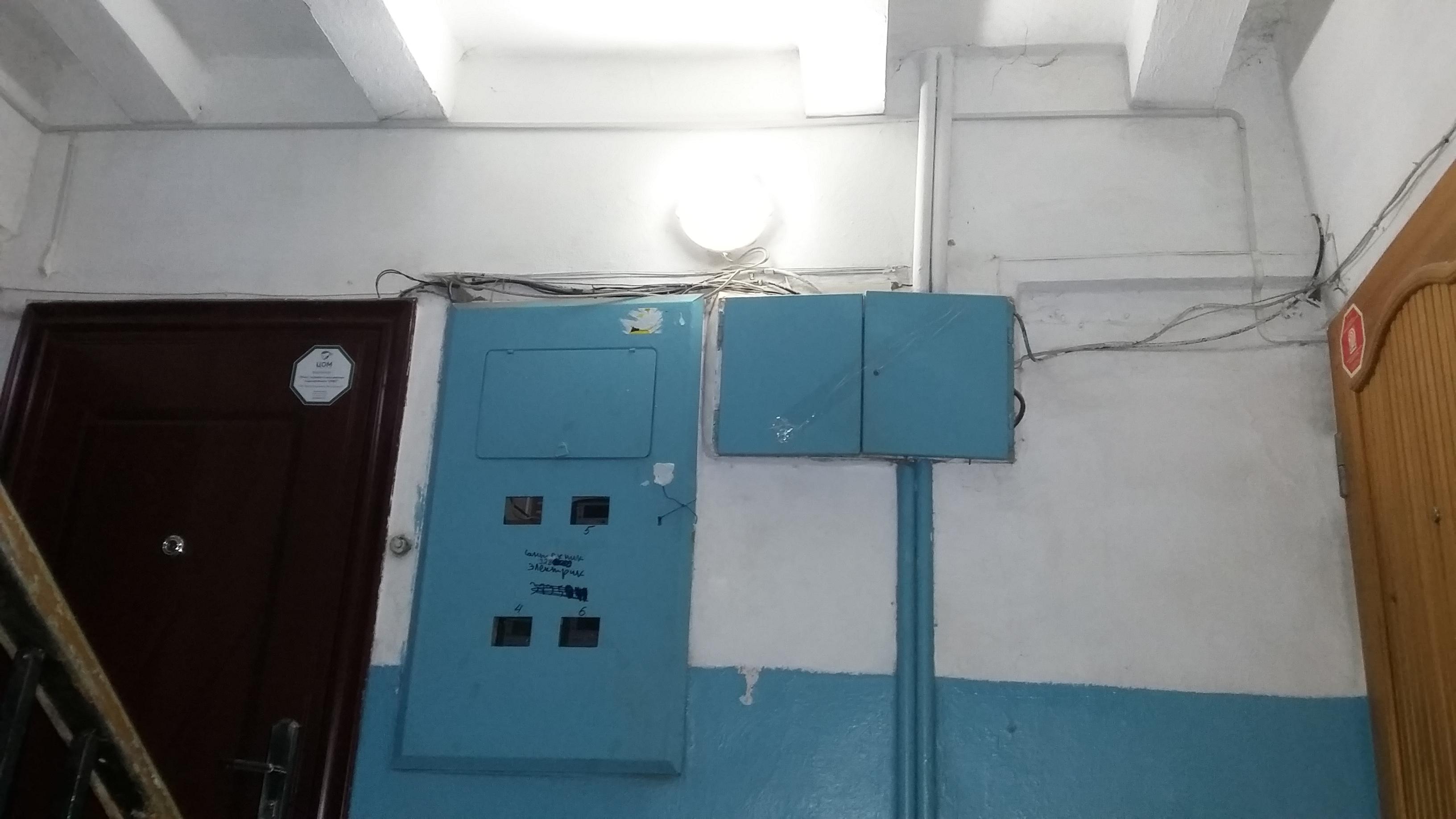 Фото Монтаж защищенного светильника в подъезде. Штукатурка и левкас с покраской потолка на лестничной площадке. 2 дня.