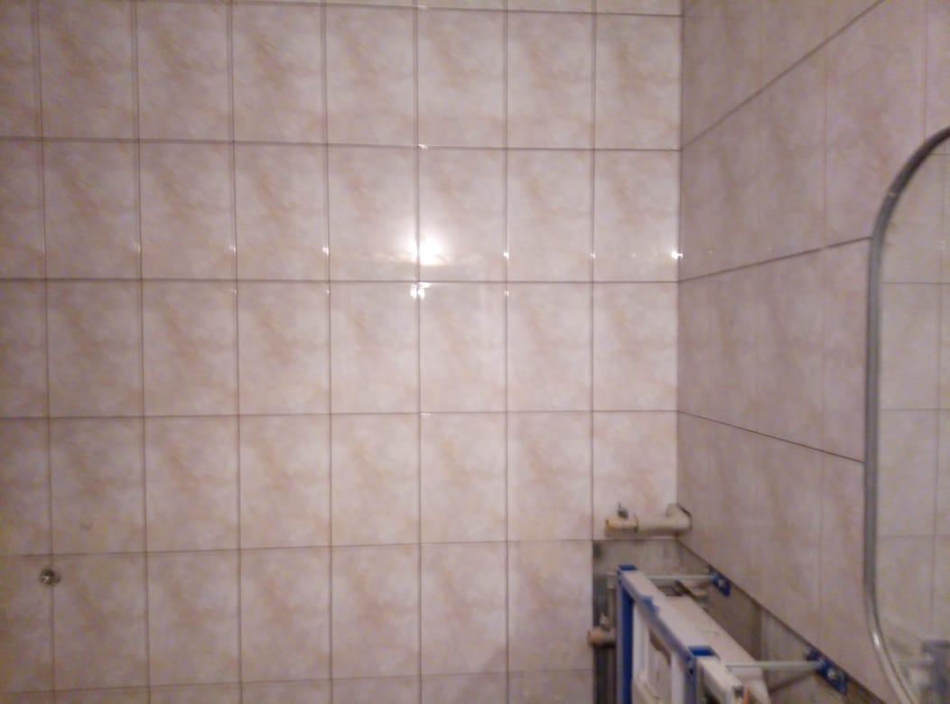 Фото Установка кафеля на стены санузла вместе с инсталляцией.